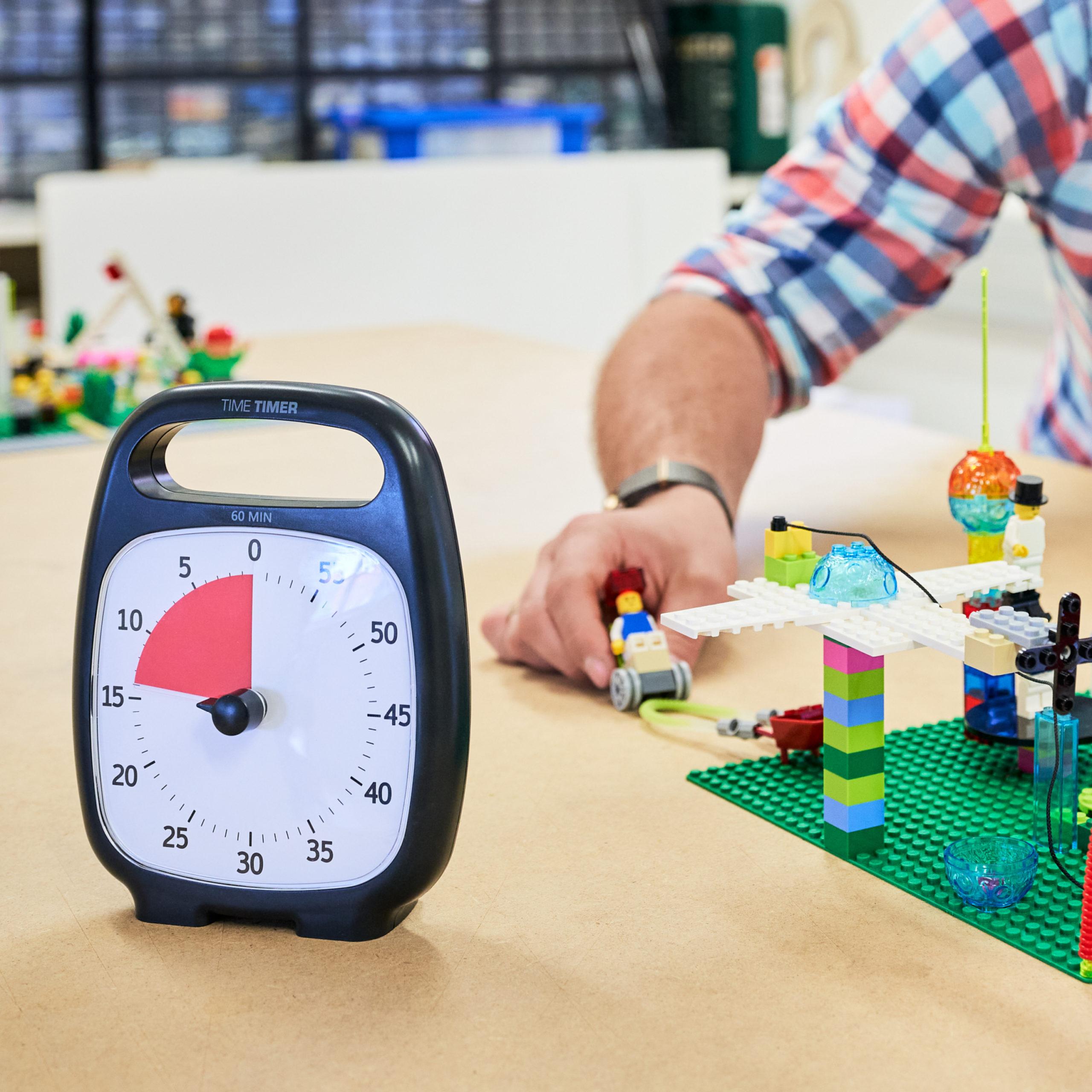 Foto von Stoppuhr beim Lego Bauen | Manuel Grassler - LEGO Serious Play Facilitator & Experte für Veränderungsprozesse